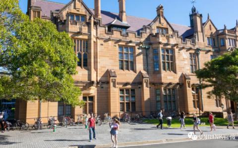 开学新规!有的大学将强制带口罩,学校屯口罩免费发放。线上线下混合课程模式成主流……